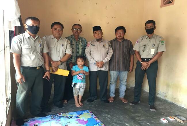 Kalaksa BPBD Kabupaten Rohul H Zulkifli Said, besuk dan bantu bocah berinisial NN (5) diduga jadi korban penganiayaan mengalami trauma berat.