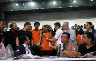 Polda Metro Jaya menggelar konferensi pers mengungkap tersangka dan barang bukti terkait kerusuhan 21 dan 22 Mei 2019, Jakarta, Rabu (22/5) malam. FOTO: CNN Indonesia/Gloria Safira Taylor