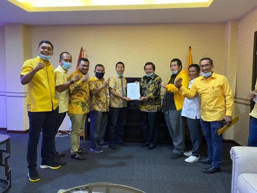 Indra Gunawan menerima SK penetapan dirinya sebagai balon Bupati Bengkalis dari Partai Golkar berpasangan dengan Syamsu Dalimunthe.
