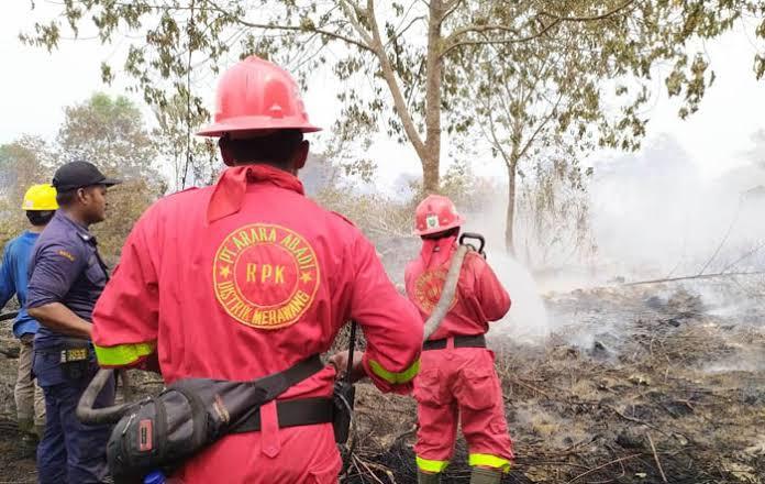 Tim RPK PT Arara Abadi Distrik Merawang membantu pemadaman Karhutla di sekitar Adi Bono Kelurahan Teluk Meranti, Kabupaten Pelalwan, Sabtu (17/8/2019).
