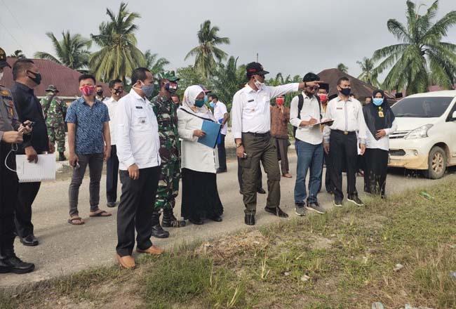 Bupati Rokan Hilir H Suyatno AMp meninjau lokasi tempat pembangunan gedung Puskesmas baru Kepenghuluan Teluk Merbau, Kecamatan Kubu, Rabu (24/6/2020).