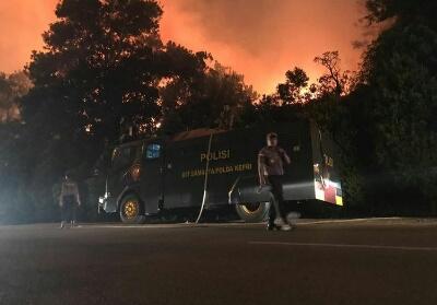 Hutan di seputaran Bandara Hang Nadim terbakar hebat.