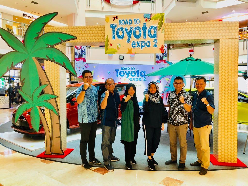 Branch Manager Agung Toyota dan Branch Manager ACC Pekanbaru, Donni serta mitra foto bersama di Mal Ska Pekanbaru.