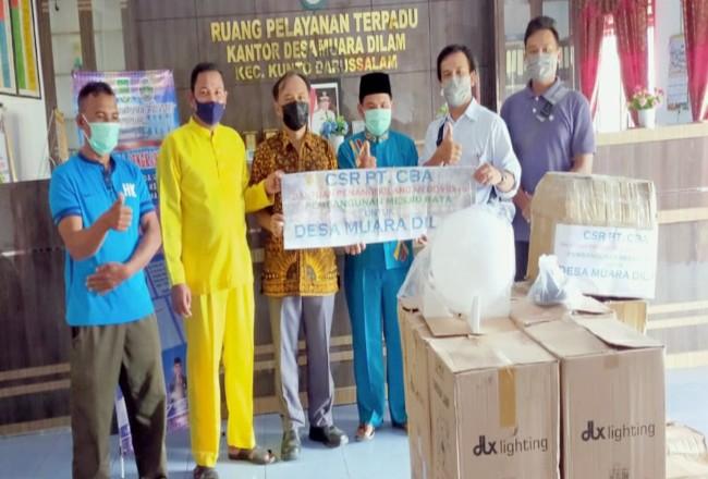 Manager PT CBA J Sinarta Bangun, didampingi KTU PT CBA Surya Siregar, salurkan bantuan CSR melalui Kades Muara Dilam Zulfikar.