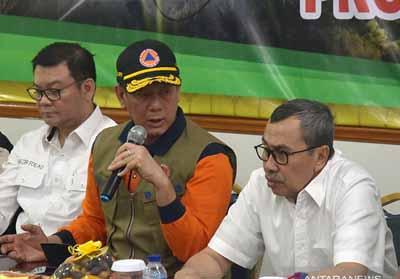 Kepala BNPB Letjen TNI Doni Monardo memberikan instruksi kepada Gubernur Riau Syamsuar pada rapat evaluasi penanganan Karhutla Riau Jumat (2/9/2019). Foto: Antara