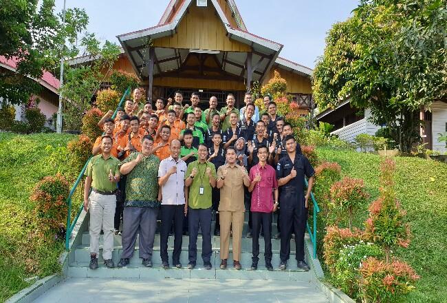 Foto bersama siswa Magang SMK Mutu Pekanbaru dan SMKN 1 Pangkalan Kerinci di BPPUT CD PT RAPP, Senin (2/3/2020).