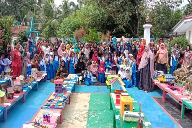 Kepala Sekolah TK Tunas Sawi Indah, Helna Sari dan tenaga pendidik lainnya, menyaksikan Anak didik dan orang tua didik, mengikuti lomba membuat APE yang ditaja TK Tunas Sawit Indah