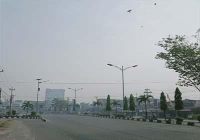 Kabut asap makin tebal, jalan - jalan protokol terlihat lengang banyak masyarakat enggan keluar rumah, menghindari ISPA.