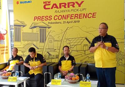 Hideaki Tokufa, Managing Director PT SIS, Dandi Al Zuhri, Teritory Sales Manager PT SIS, Ivan Riki Saeful, Branch Manager PT SBT, Wahyu Sudrajat, Area Manager PT SBT saat peluncuran New Carry Pick Up di Kota Pekanbaru.