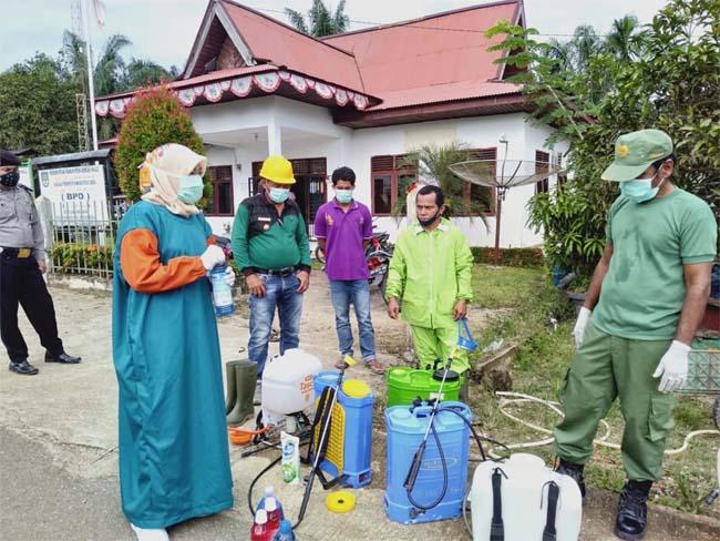 Kades Sialang Jaya Yuherman Daulay, beraama BPD, Polri, TNI, bidan desa, perangkat desa dan masyarakat, lakukan penyemprotan disinfektan ke rumah warga di 3 dusun, upaya pemerintah desa perangi dan putus mata rantai penyebaran Covid- 19