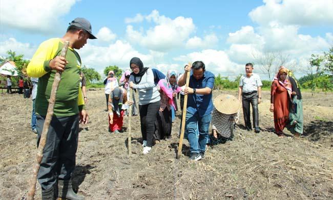 Ketua Dewan Pimpinan Daerah (DPD) Komite Nasional Pemuda Indonesia (KNPI) Kabupaten Kampar, Provinsi Riau, Febio Anggriawan menghadiri acara program Padat Karya Tunai Desa (PKTD) di Desa Parit Baru