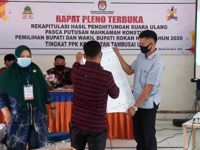 Pleno rekapitulasi suara tingkat Kecamatan PSU pada Pilkada Rohul di 25 TPS.