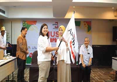 Megawati, GM Mal Pekanbaru menyerahkan jabatan Ketua APPBI DPD Riau 2019 – 2022 kepada Rienty Masriel, Direktur MTC dan PTC Pekanbaru.