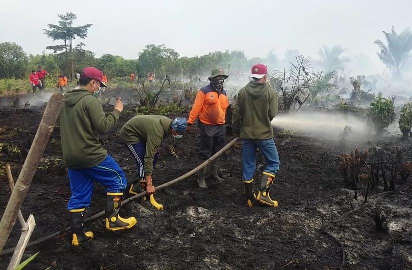 Tiga mahasiswa Kuliah Kerja Nyata (Kukerta) ikut padamkan Karhutla di Desa Rawang Air Putih Kecamatan Siak.