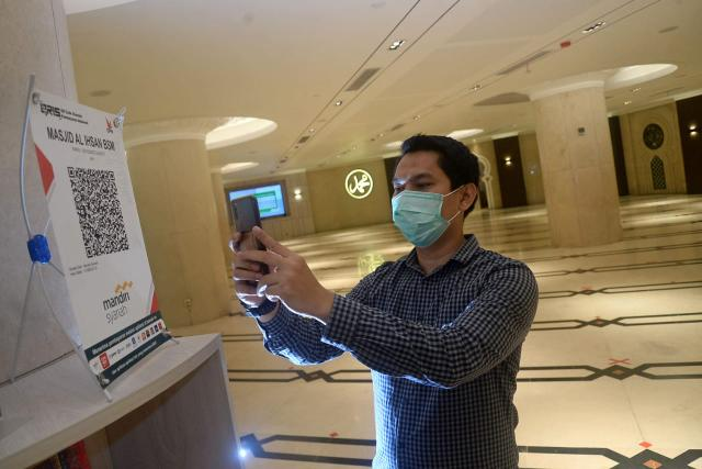 Metode transaksi Quick Response Code Indonesia Standard (QRIS) yang berstandar nasional,sangat relevan dengan kondisi pandemi.