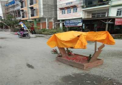 Tampak kuburan kecil di badan Jalan H Sadri Tembilahan sebagai bentuk protes warga.