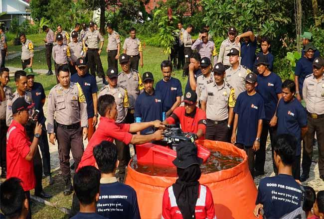 Praktik lapangan peserta pelatihan dari Polres Pelalawan dan Masyarakat Peduli Api (MPA).