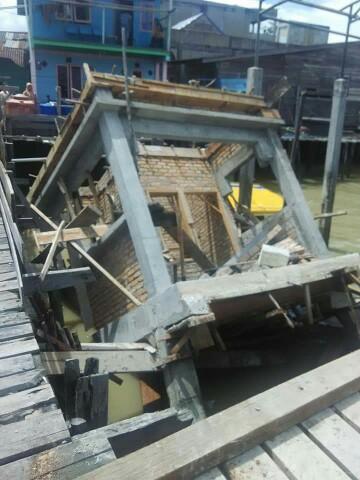 Pos Jaga Pelabuhan Perikanan Selat Panjang yang ambruk.