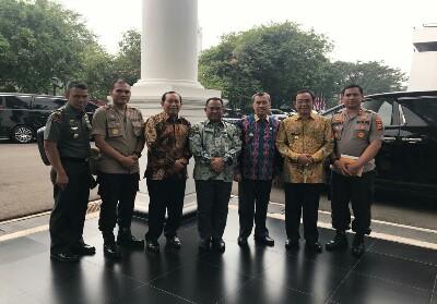 Bupati Sukiman bersa Gubri, dan para pejabat Kabuoaten/ kota lainnya di Riau dan Indonesia, ikut hadiri Rakor Nasional pengendalian Karlahut, di Istana Negara, Jakarta.