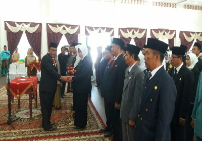 Wakil Bupati Rohil saat melakukan pelantikan.