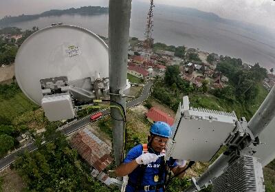 Teknisi XL Axiata sedang melakukan pemeriksaan terhadap perangkat BTS di daerah Wisata Danau Toba, Samosir.