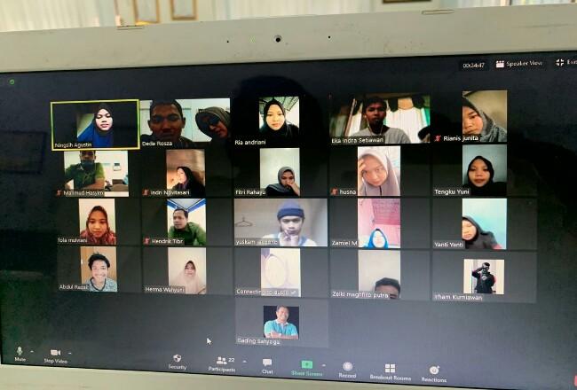 Para penerima beasiswa sedang mengikuti sesi motivasi dan bimbingan dari tim pendidikan CD RAPP, baru-baru ini. Sesi bimbingan ini dilakukan melalui konferensi video daring sesuai protokol pencegahan Covid-19.