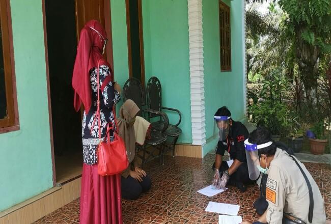 Tampak Ketua KPU Inhu Yenni Mairida memonitoring kegiatan Verifikasi Faktual PPS di Kecamatan Lirik, Inhu.