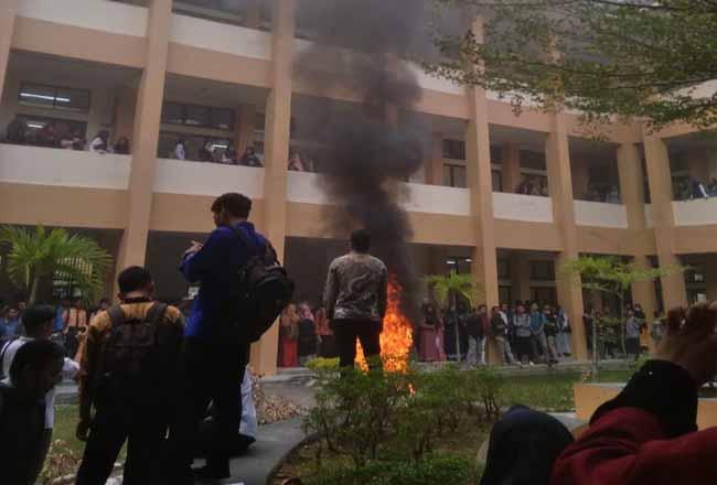 Mahasiswa UIN Suska demo di kampus kecam sikap Rektor yang dianggap otoriter.