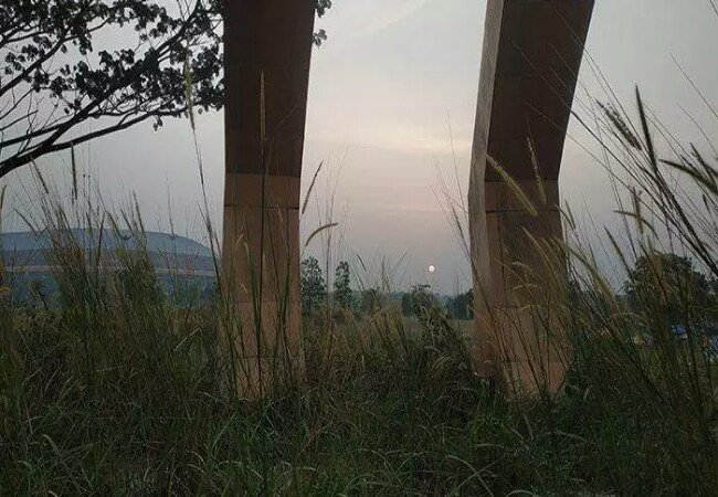Stadion Utama Riau yang terbengkalai. Foto: Tribunpekanbaru