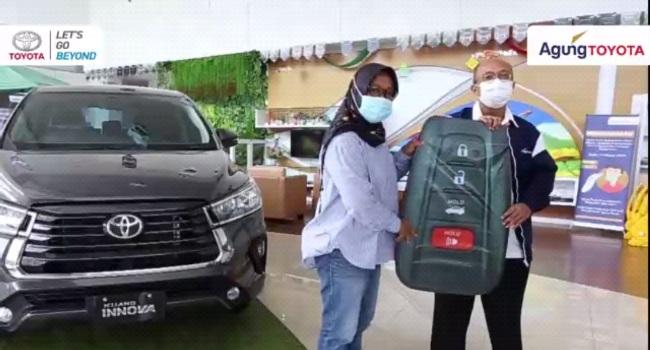 Penyerahan unit perdana New Kijang Innova kepada konsumen di Pekanbaru