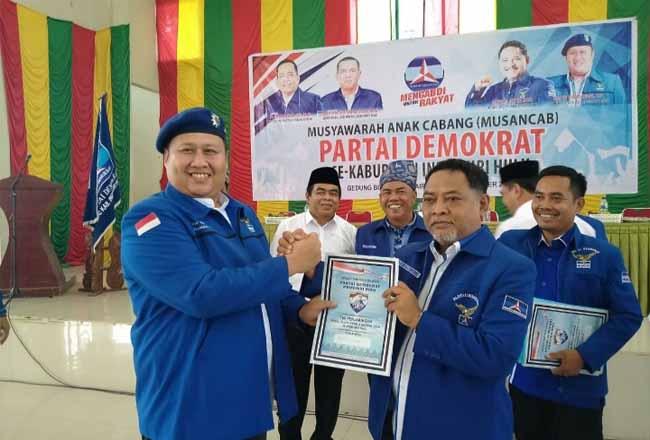 Tampak Supri Handayani SE mengembalikan formulir calon wakil bupati Inhu ke DPC Partai Demokrat Inhu.