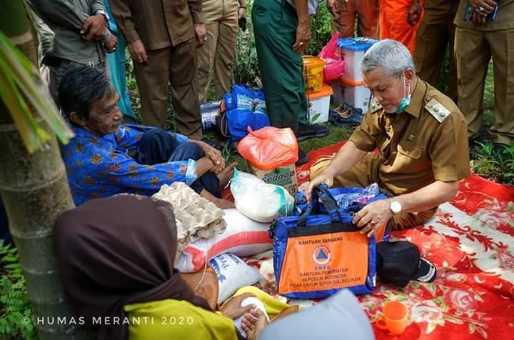 Wakil Bupati Meranti H Said Hasyim menjenguk Siti Khuzainah dan beri bantuan.