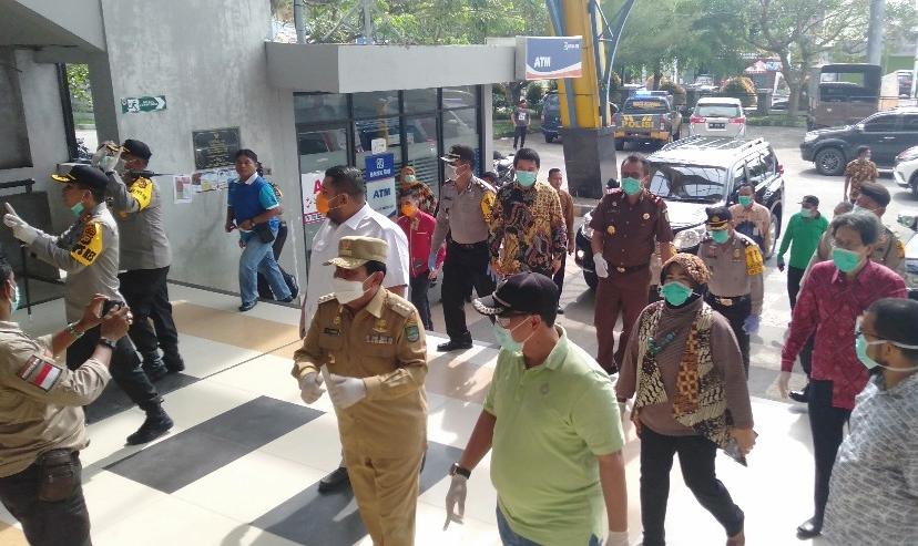 Bupati Rohul H.Sukiman bersama pejabat Forkompinda, saat memantau Pasar Modern Pasir Pangaraian. Pemkab Rohul kini komit dan serius lakukan upaya memutus mata rantai penyebaran COVID-19 di Rohul.