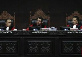 Majelis hakim konstitusi yang diketuai Anwar Usman menolak seluruh permohonan Prabowo-Sandi.