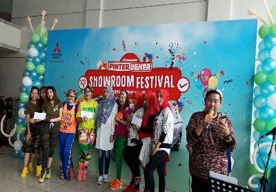 Sales Manajer PT Dipo Internasional Pahala Otomotif, Ermayuni (tengah) foto bersama usai penyerahan hadiah pemenang lomba zumba.