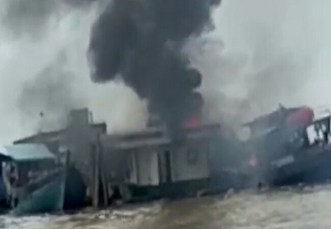 Kapal motoro Kuala Buana Dua terbakar.