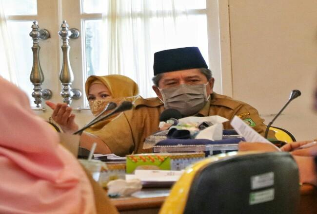Bupati Siak Alfedri saat rapat pembahasan new normal di Siak.