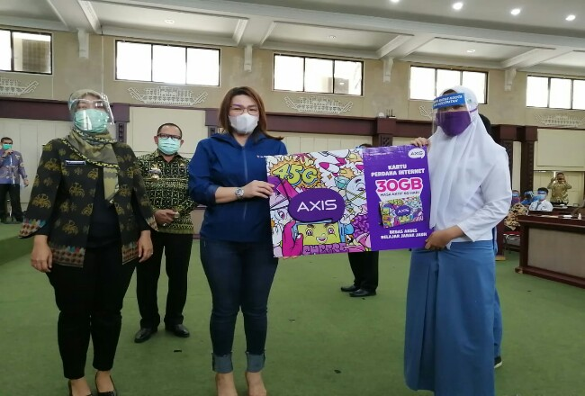 Wakil Gubernur Lampung, Chusnunia Chalim, dan Group Head XL Axiata West Region, Desy Sari Dewi menyerahkan kepada perwakilan pelajar bantuan paket internet gratis.