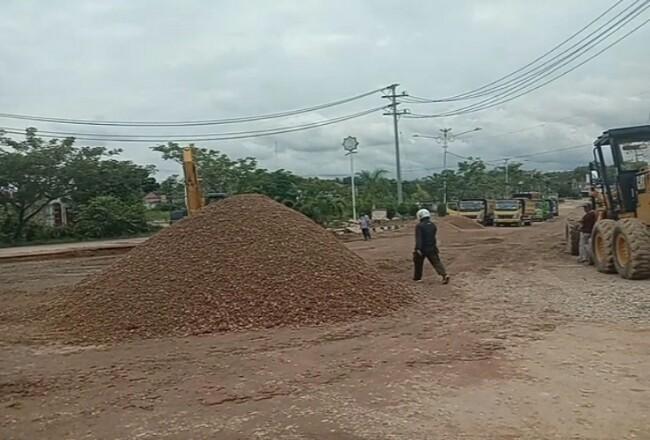 Para pekerja dari rekanan mulai melaksanakan kegiatan peningkatan jalan jalur dua Km 4 Desa Koro Tinggi- Desa Sukamaju Kecamatan Rambah.