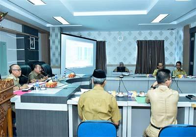 Asisten Prekonomian dan Pembangunan Setda Bengkalis, Heri Indra Putra, rapat Laporan Ralisasi Fisik Kegiatan dan Keuangan ini digelar di ruang pertemuan lantai II kantor Bupati Bengkalis.