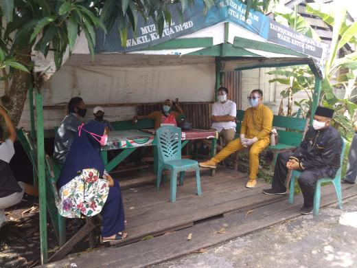 Tim Gugus Tugas Covid-19 Kepulauan Meranti bersama Pemerintah Kecamatan Tebingtinggi saat ikut menjemput dan menegosiasi agar pasien tersebut mau dibawa ke RSUD.