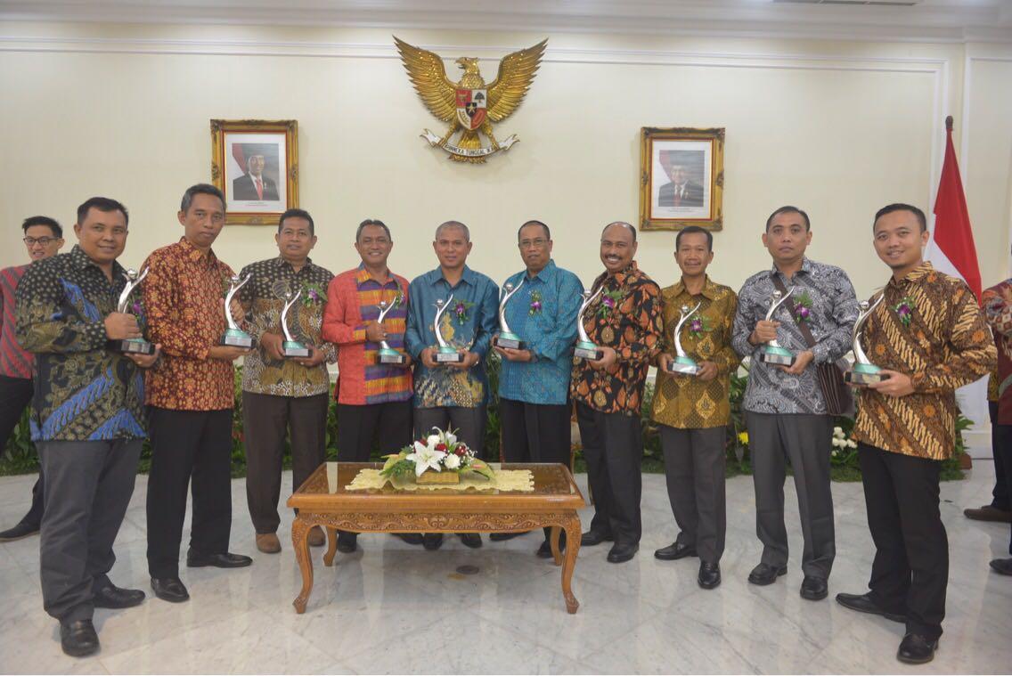 Foto bersama usai menerima penghargaan