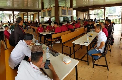 Rektor Universitas Islam Riau Syafrinaldi bersama Wakil Rektor melepas PS UIR ke Piala Menpora 2019 ke Yogyakarta