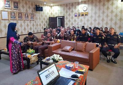Para Kasi, pegawai serta tenaga honorer Kejari Kuansing serius mengikuti pelatihan Bahasa Inggris.