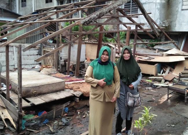 Perwakilan komunitas meninjau pembangunan gubuk Kakek Al Kamah.