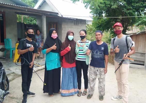 Mahasiswa membantu kegiatan penyemprotan disinfektan di Kelurahan Tanjung Gading, Air Molek.