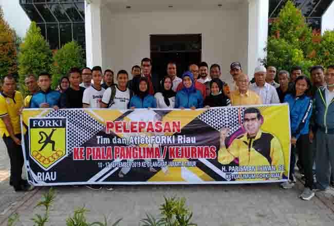 Atlet Forki Riau foto bersama sebelum mengikuti Kejurnas Piala Panglima di Jakarta September 2019 lalu.