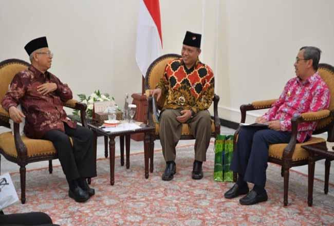 Gubernur Riau Syamsuar dan Rektor UIN Suska Riau saat bertemu Wapres.