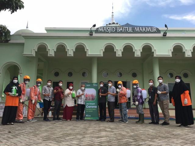 penyemprotan desinfektan pada ruangan SD Juara dan Masjid Baitul Makmur di Jalan Warta No 9 Kompleks Masjid Baitul Makmur Tangkerang Selatan Bukit Raya Pekanbaru.
