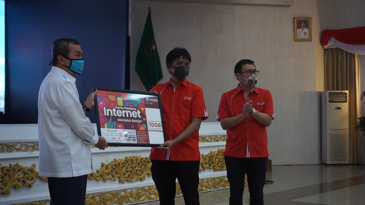 Gubri H Syamsuar, Direktur Network Telkomsel Hendri Mulya Syam dan EVP West Area Sales Telkomsel Gilang Prasetya saat peluncuran Program Merdeka Belajar Jarak Jauh (MBJJ), Rabu (2/9/2020).